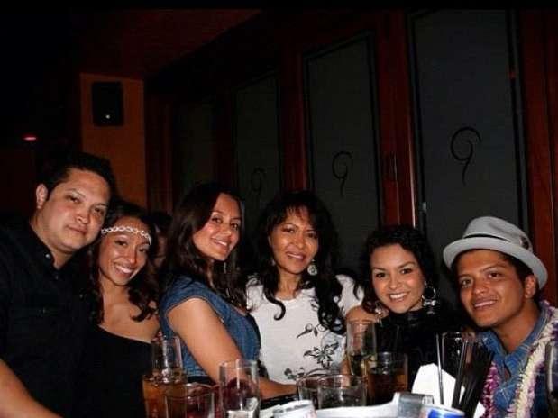 Bernadette (centro) ao lado do filho Bruno Mars, em foto postada pela filha Presley Hernandez Foto: Instagram / Reprodução