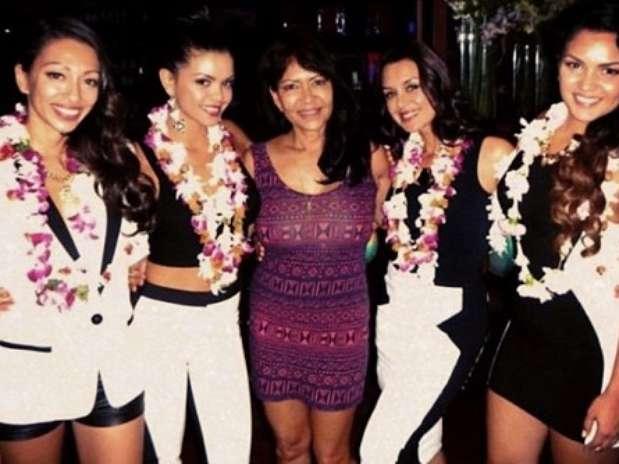 Bernadette entre as filhas Presley, Tahiti, Tiara e Jamie Foto: Instagram / Reprodução