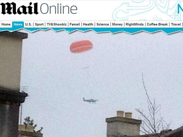 Imagem mostra momento em que avião flutuava com a ajuda do paraquedas Foto: Daily Mail / Reprodução