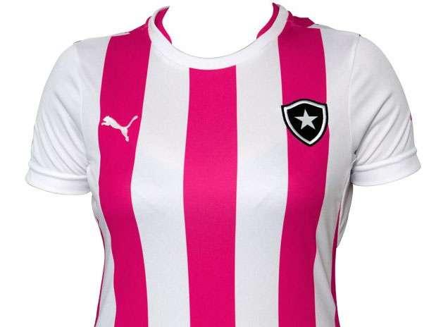 5c90ff977f O Botafogo e a Puma voltaram a lançar uma camisa rosa. Com listras  verticais alternando branco e rosa