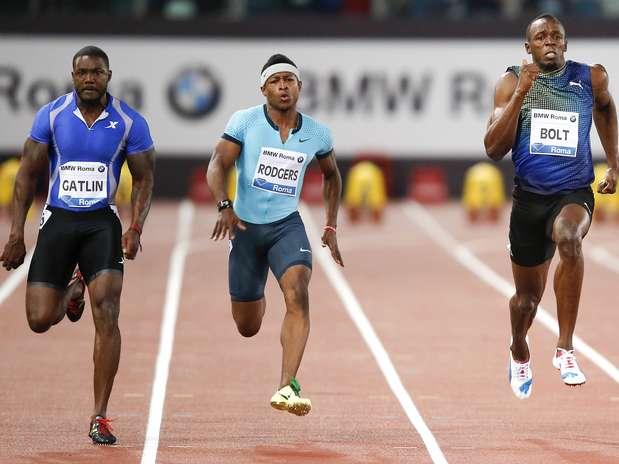 Gatlin (esq.) corre para superar Bolt na final dos 100 m rasos em Roma Foto: Reuters
