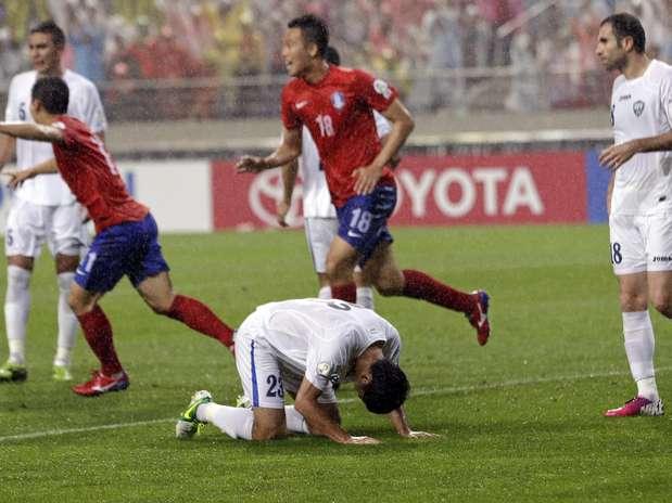 Único gol do duelo foi contra, feito pelo defensor uzebequeAkmat Shorakhmedov Foto: AP