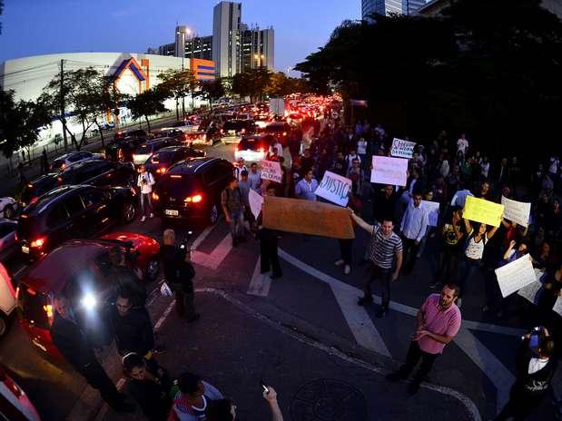 Manifestantes protestam em frente à Rede Globo em São Paulo Foto: Fernando Borges / Terra