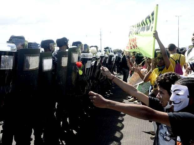 """Manifestantes gritam """"sem violência"""" para Tropa de Choque da PM Foto: Ricardo Matsukawa / Terra"""