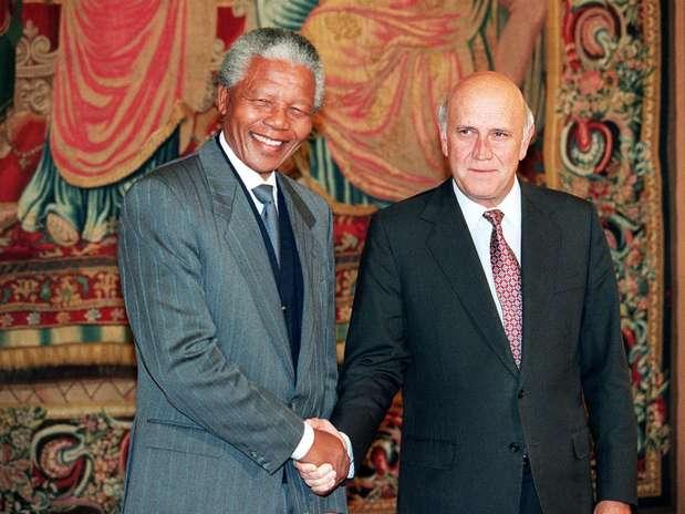 Mandela e De Klerk se cumprimentam após receberem o Nobel da Paz em Oslo, na Noruega, em 10 de dezembro de 1993 Foto: AFP
