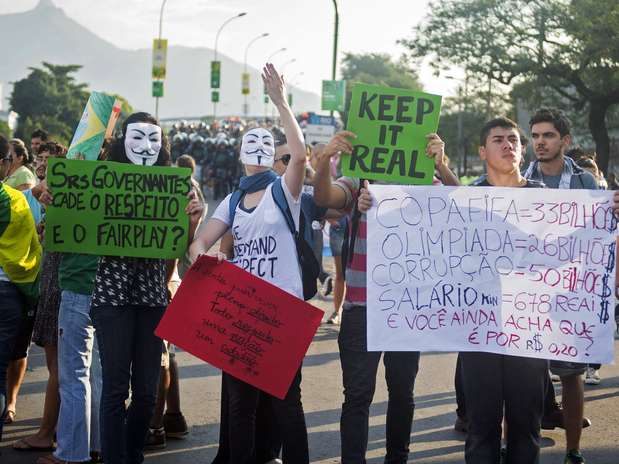 Manifestantes gritam palavras de ordem antes de jogo entre Itália e México, neste domingo Foto: Reuters