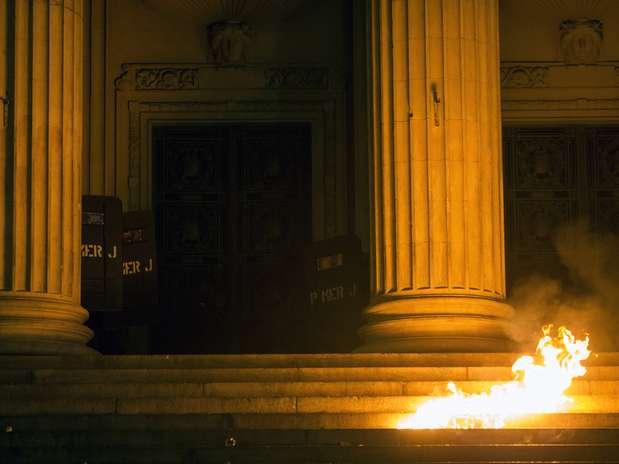 Veja foto da escadaria da Assembleia Legislativa do Rio em chamas