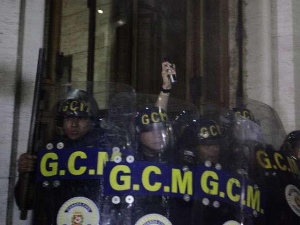 Acuados, guardas metropolitanos tentaram evitar entrada de manifestantes na prefeitura de São Paulo e se protegeram dentro do prédio Foto: Gabriela Biló / Futura Press