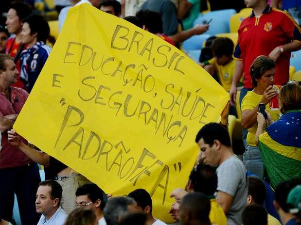 """Torcida pede """"educação, saúde e segurança padrão Fifa"""" Foto: Daniel Ramalho / Terra"""