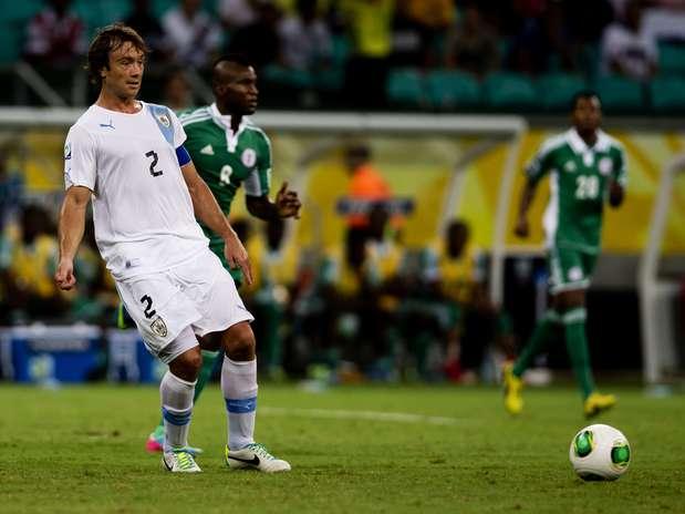 Autor do 1º gol uruguaio contra a Nigéria, zagueirofaz passe no jogo de quinta-feira Foto: Bruno Santos / Terra