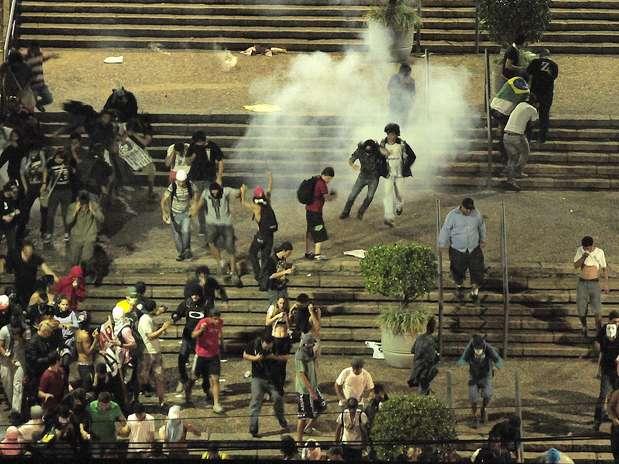 Policiais e a Guarda Municipal atiraram bombas de gás lacrimogêneo contra os manifestantes em frente à prefeitura de Campinas Foto: Rodrigo Villalba / Futura Press