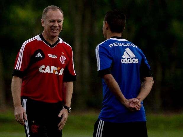 Mano Menezes conversa com atacante durante treinamento no Ninho do Urubu, durante esta semana Foto: Mauro Pimentel / Terra