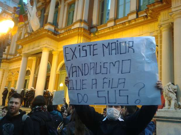 Manifestante protesta contra o serviço público de saúde no País Foto: Mariana Bittencourt / Terra