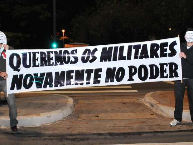 Manifestantes pedem o retorno dos militares ao poder em protesto na avenida Paulista, em São Paulo Foto: J. Duran Machfee / Futura Press