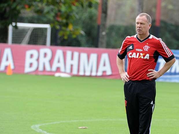 O técnico Mano Menezes durante treino do Flamengo no último domingo, no CT Vargem Grande Foto: Flamengo / Divulgação