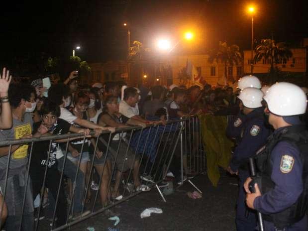 Grupo ameaçou invadir a prefeitura e de Belém durante protesto. Manifestantes chegaram a forçar a grade que cerca o prédio Foto: Filipe Faraon / Especial para Terra