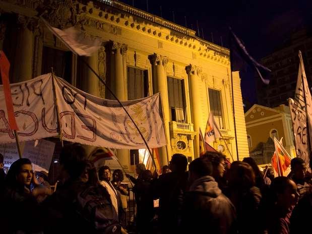 Cerca de 4 mil pessoas participaram de mais uma manifestação em Porto Alegrena noite desta quinta feira Foto: Matheus Piccini / Futura Press