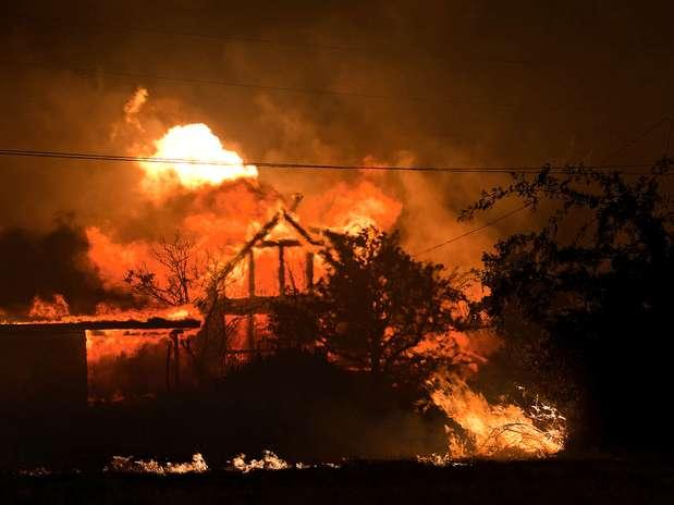 Casa é engolida pelas chamas durante incêndio na área conhecida como Yarnell Hill, no Arizona Foto: AP