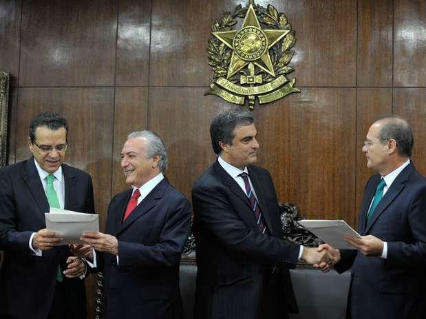 Temer e Cardozo entregam as propostas aos presidentes do Senado, Renan Calheiros (dir.), e da Câmara, Henrique Alves (esq.) Foto: Antonio Cruz / Agência Brasil