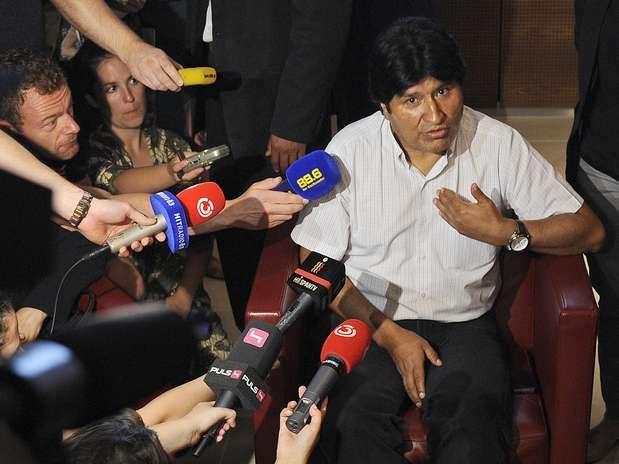 Morales conversa com repórteres no aeroporto de Viena Foto: AP