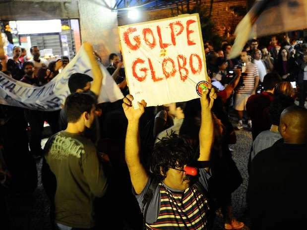 Na capital fluminense, a manifestação reuniu cerca de cem pessoas nesta noite Foto: Daniel Ramalho / Terra