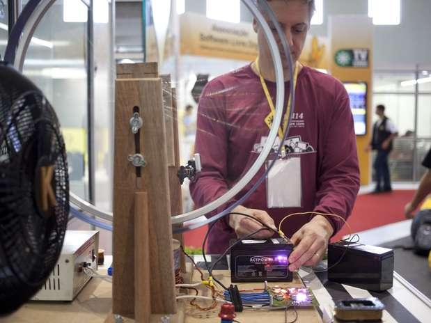 Engenheiro metalúrgico Thomas Soares expõe experimentos com bobinas em área de energia livre Foto: Eduardo Seidl/Indicefoto / Divulgação
