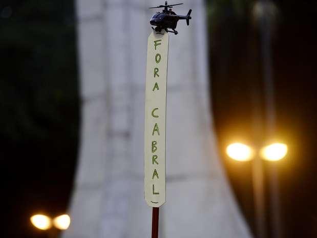 Em alusão à polêmica envolvendo Cabral por conta do uso de helicópteros do governo fluminense, alguns manifestantes levaram ao protesto helicópteros de brinquedo Foto: Daniel Ramalho / Terra