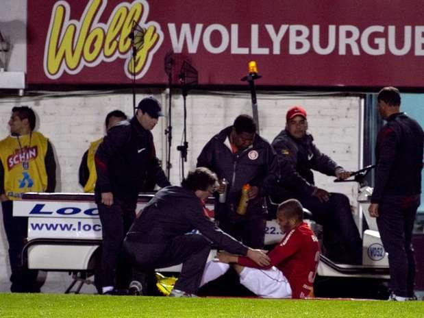Maurides deixou gramado do Estádio Centenário de maca e terá que passar por cirurgia Foto: Lucar Erbes / Futura Press