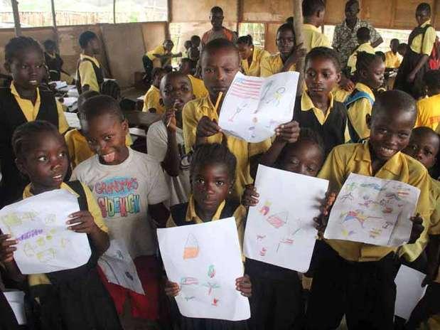 As crianças fizeram desenhos em agradecimento que serão entregues aos doadores da campanha pela contrução da escola Foto: Escola de Bambu / Divulgação