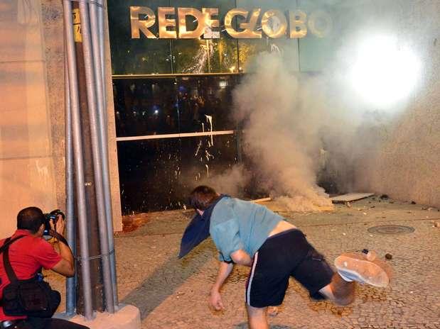 Coquetéis molotov foram lançados e a porta do prédio foi arrombada Foto: Daniel Ramalho / Terra