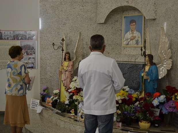 Fiéis de Ibitingaprestam homenagens ao menino Nelsinho Santana, que eles acreditam ter feitomilagres Foto: Talita Zaparolli / Especial para Terra
