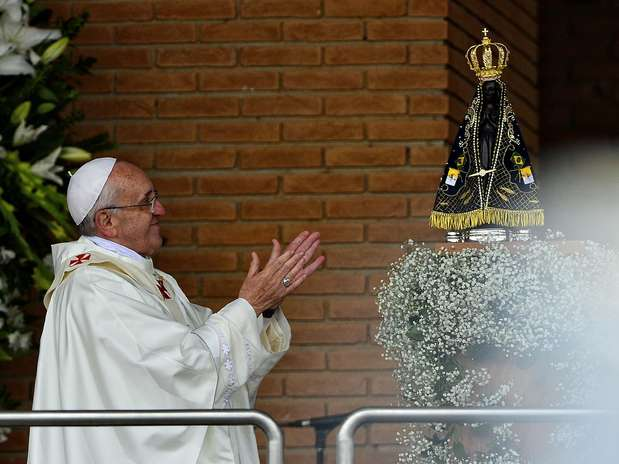 Do lado de fora da basílica, ao lado da imagem de Nossa Senhora Aparecida, oPapa se despediu do público, prometendo voltar em 2017 Foto: Fernando Borges / Terra