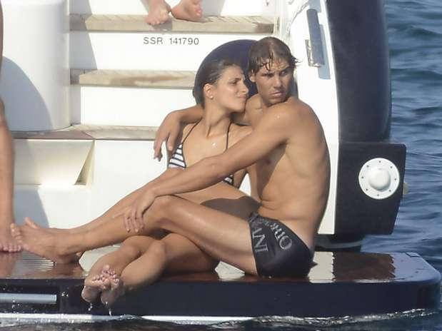 Rafael Nadal se diverte e namora em passeio de barco na Espanha