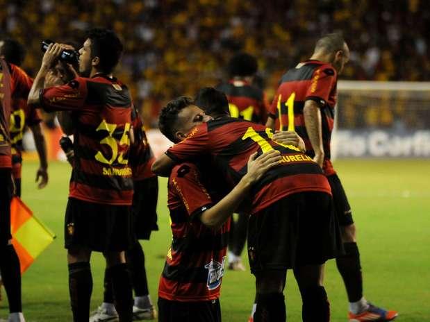 Meio-campista Lucas Lima abriu o placar para a equipe pernambucana no Recife e teve atuação decisiva Foto: Aldo Carneiro / Futura Press