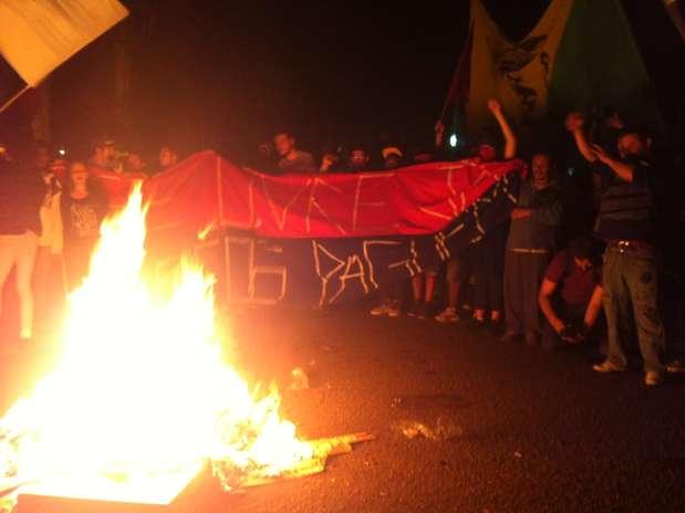 Manifestantes fazem fogueira em frente à casa de prefeito Foto: Laura Gheller / Terra
