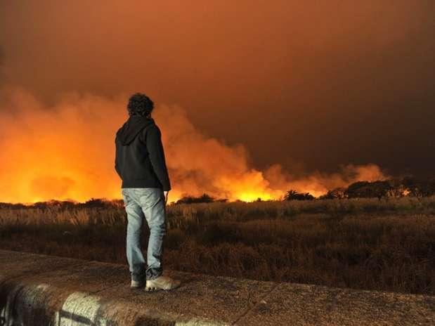 O fogo pôde ser controlado, embora não extinto, depois de mais de duas horas de trabalho Foto: AFP