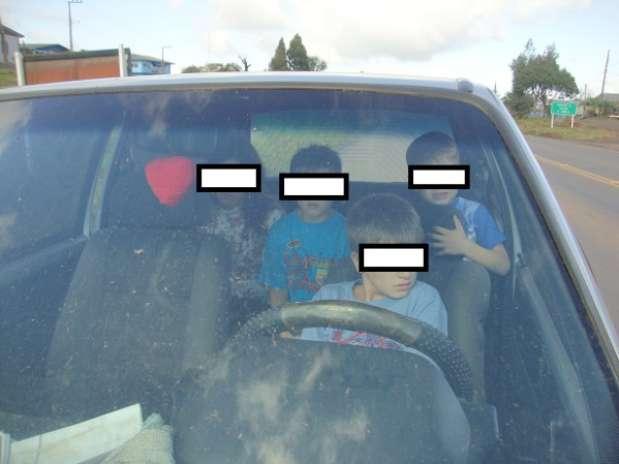Pai alegou que estava com dor nas costas e por isso passou a direção ao filho  Foto: PRF/SC / Divulgação