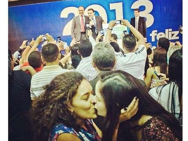 Duas mulheres se beijam durante uma visita de Feliciano a uma igreja evangélica em Belém Foto: Facebook / Reprodução