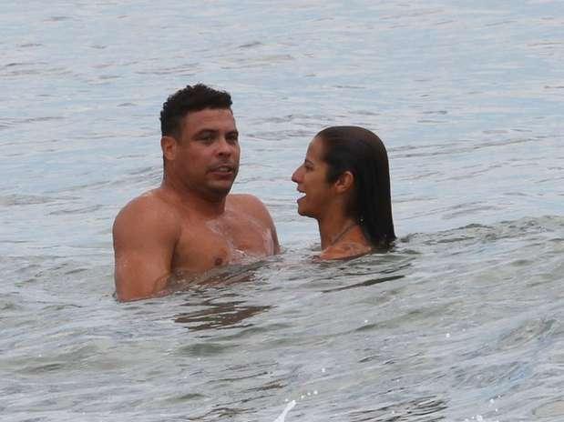 Ronaldo foi clicado, nesta sexta-feira (25), enquanto curtia a praia do Leblon, zona sul do Rio de Janeiro, ao lado de sua suposta namorada, Paula Moraes. Os dois protagonizaram cenas de romance, se divertindo no mar, e Paula chegou a dar beijos bem perto da boca do ex-jogador de futebol Foto: Wallace Barbosa / AgNews