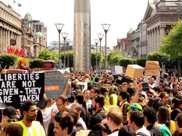Em Dublin, na Irlanda, brasileiros se reuniram em frente ao monumento Spire Foto: Thiago Mouta/Facebook / Reprodução