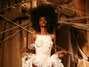 Franck Sorbier apresentou um desfile performático no teatro do Palais Royal, em Paris. O estilista levou à passarela 50 looks, bordados delicadamente com luxuosa pedraria. O vestido usado pela modelo na foto, pelo tamanho e pela riqueza de detalhes, acaba se tornando uma peça pouco provável nas ruas Foto: Getty Images