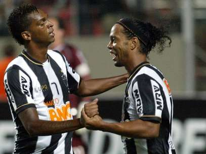 Jô felicita Ronaldinho, a grande estrela da noite em Belo Horizonte Foto: EFE
