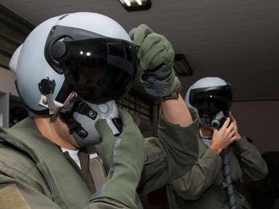 HMD projeta informações do painel diretamente no visor de capacete Foto: FAB / Divulgação