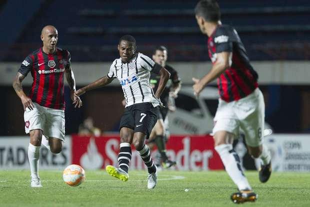 Mendoza entrou como titular do Corinthians na vaga de Emerson Sheik Foto: Marcos Brindicci