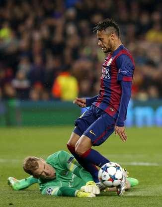 Jogadores do Barcelona festejaram com o goleiro Stegen a defesa em pênalti cobrado por Aguero Foto: Josep Lago