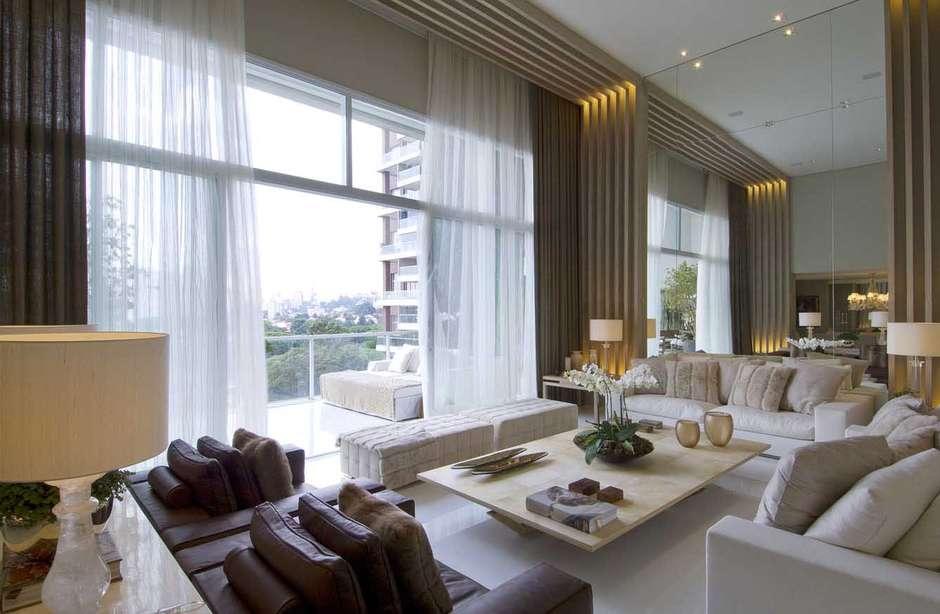 O apartamento projetado pela arquiteta Debora Aguiar no bairro de Alto de Pinheiros, em São Paulo é bastante espaçoso, o que já fica claro na entrada do imóvel. Informações: (11) 3889-5888 Foto: Debora Aguiar Arquitetos/ Divulgação