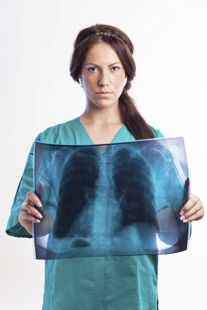 Pneumonia A pneumonia, que é uma infecção dentro do pulmão, muitas vezes pode se manifestar como uma dor no meio das costas.