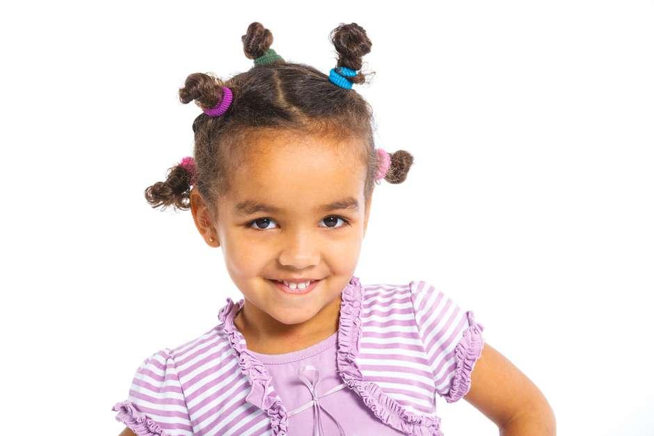 Prender todo o cabelo com várias tranças pequenas deixa o rosto da criança livre e cria um look divertido Foto: Tatyana Vyc/Shutterstock