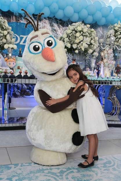 Luciano posa com a família ao ladodos personagens do filme 'Frozen' Foto: Marcelo Brammer / Thiago Duran