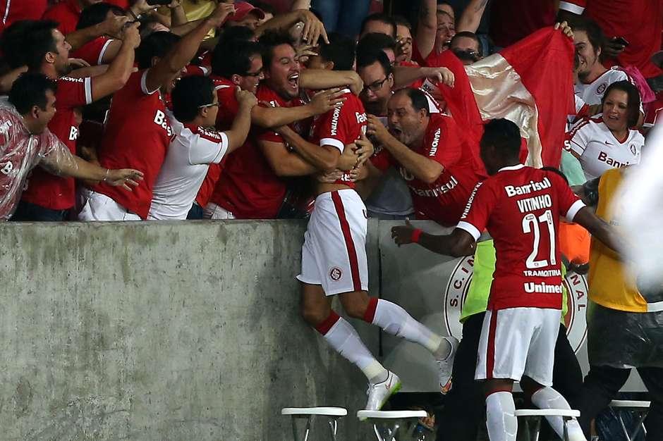 Nilmar comemora o primeiro gol na partida Foto: Jefferson Bernardes